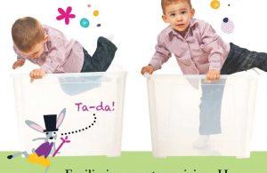 Anak Masuk ke dalam Kotak Transparan