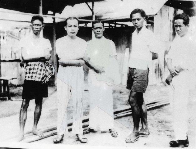 Bung Hatta berpijamah di Boven Digul bergambar bersama Marwoto, St.. Sjahrir, Moh. Bondan dan Maskun