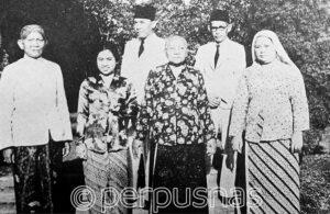 Foto 1943: Bung Karno, Fatmawati, dan Keluarga di Jl. Pegangsaan Timur 56 Jakarta