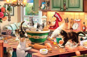 Gerombolan Kucing Bermain di Dapur
