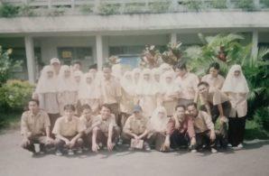 Kak-Nurul-Ihsan-paling-depan-jongkok-kedua-dari-kiri-saat-kelas-3-SMA-Islam-Cipasung-Tasikmalaya-1995